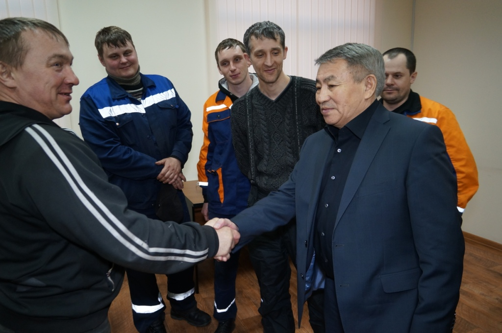 Turgun Syzdykov meets with Munai Mash workers in Petropavlovsk.